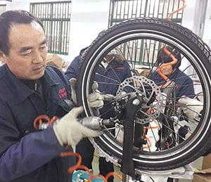 יבוא אופניים חשמליים מסין – מפעל המייצר תוך בקרת איכות גבוהה.